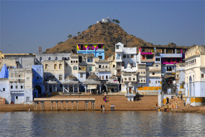 In this archive story you will get a closer look at the bathing ghats in Pushkar. This holy city is located in the state of Rajasthan in India on the likewise holy Pushkar Lake in the Aravalli mountains and in the foreland of the Thar Desert.